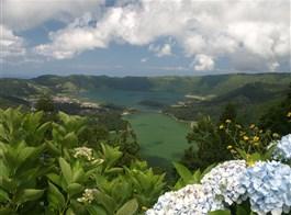Azorské ostrovy, San Miguele a Terceira 2021  Portugalsko - Azory - Sete Chiades, vpředu Lago Verde, vzadu Lago Azul.