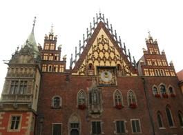 Wroclaw, město sta mostů, zahrady i zlatý důl Slezska 2021  Polsko - Vratislav (Wroclaw), radnice, východní průčelí, kol 1500, bohatě zdobený štít