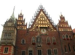 Wroclaw, město sta mostů, zahrady i zlatý důl Slezska 2020 Vratislav Polsko - Vratislav (Wroclaw), radnice, východní průčelí, kol 1500, bohatě zdobený štít