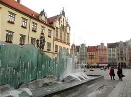 Adventní Wroclaw a tajemní trpaslíci 2020  Polsko - Vratislav (Wroclaw), Skleněná fontána neoficiálně nazývaná Pisoár