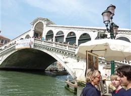 Benátky a ostrovy na Velikonoce 2020 Severní Itálie Itálie - Benátky - Ponte Rialto, nejstarší most přes Canal Grande, dokončen 1591, autor Antonio da Ponte