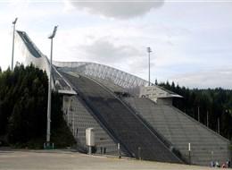 Norsko, zlatá cesta severu letecky 2020 Norsko Norsko - Oslo, Holmenkollen, skokanské můstky a biatlonové tratě, konaly se zde OH 1952, MS 1930, 66, 82, 2011
