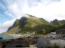 Velký okruh Norskem, Lofoty a Vesteråly 2020  Norsko - Lofoty - Vikten, ves střeží vrcholy Jetten (Obr), Kogen (Král), Smykket (Klenot) a další