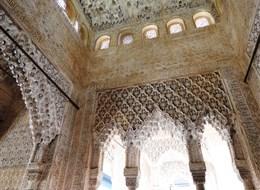 Andalusie, památky UNESCO a přírodní parky 2020 Španělsko Španělsko - Granada - Alhambra, Sala de los Reyes, sloužila jako hodovní či společenská síň