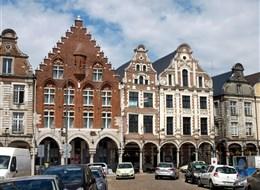 Francie - Pikardie - Arras, zcela vlevo nejstarší dům na Grand Place, 1467