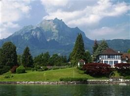 Švýcarsko, nočním vlakem do Curychu, eurovíkend Luzern 2020  Švýcarsko - lodní výlet z Lucernu, masiv hory Pilatus od jezera Vierwaldstättersee