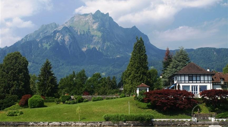 Švýcarsko, nočním vlakem do Curychu, eurovíkend Luzern 2021  Švýcarsko - lodní výlet z Lucernu, masiv hory Pilatus od jezera Vierwaldstättersee