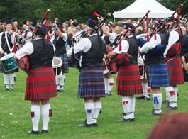 Skotské hry na zámku Sychrov a Whisky 2020  Česká republika - Sychrov - Skotské hry musí mít skotské kroje, dudáky a slavnostní zaqhájení