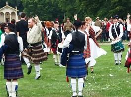 Frýdlandským výběžkem za přírodou, pivem, whisky a skotskými hrami  2020  Česká republika - Sychrov - Skotské hry, ukázka skotských lidových tanců