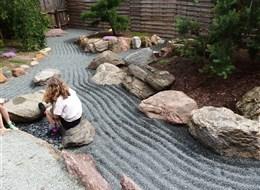 Na skok a za zážitkem do Slezska za mnoha nej 2020 Polsko Polsko - Jarkow - japonská zahrada využívá i tradiční prvky jakonských zahrad, kámen a drobný štěrčík