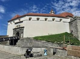 Semmering - dráha UNESCO, vlak Salamander, termály a čokoládový ráj 2020  Rakousko - Riegersburg - vstupní barbakán, celkem 3 km hradeb (foto A.Frčková)