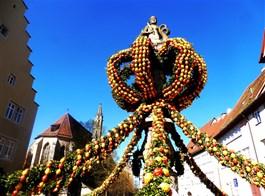 Bavorské velikonoční tradice a středověká městečka 2021  Německo - Rothenburg, velikonoční výzdoba Marktbrunnen