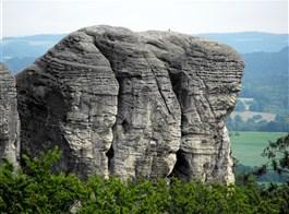 Pivo a památky a příroda Českého ráje 2020  Česká republika - Hruboskalsko, skalní město vzniklo v křídových pískovcích a je zde skotvy skalních věží až 60 m vysokých (foto C.Čejpa)