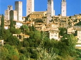 Florencie, Garfagnana s koupáním a Carrara 2021  Itálie - Toskánsko - San Gimignano, rodové věže tvoří typickou siluetu města