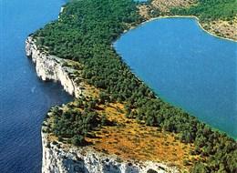 Chorvatsko, národní parky 2020  Chorvatsko - na zdejším pobřeží se snoubí bílé vápencové skály a modré moře i obloha