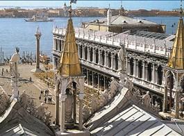 Benátky, ostrovy, slavnost gondol a Bienále 2020  Itálie - Benátky - pohled ze střechy baziliky Sv.Marka na střed města - náměstí sv.Marka, vzniklé 1177 zhruba v této podobě