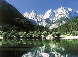 Krásy Jadranu a Istrie s pobytem v Mořské Laguně 2020 Slovinsko Slovinsko - Julské Alpy - Bohyňské jezero časně zjara