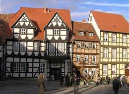 Tajemný kraj Harz, slavnost čarodějnic a úzkokolejkou na Brocken 2020 Harz Německo - Harz - Quedlinburg, Schlossplatz, uprostřed tzv. Klopstockhaus, 1560, rodný dům básníka Klopstocka a jeho muzeum