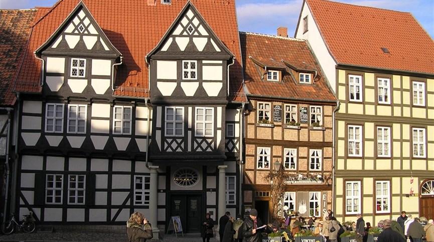 Tajemný kraj Harz, slavnost čarodějnic a úzkokolejkou na Brocken 2021  Německo - Harz - Quedlinburg, Schlossplatz, uprostřed tzv. Klopstockhaus, 1560, rodný dům básníka Klopstocka a jeho muzeum