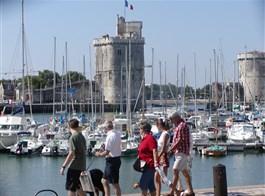 Bordeaux a Akvitánie, památky, víno a vlny Atlantiku letecky 2020  Francie, Atlantik, La Rochelle
