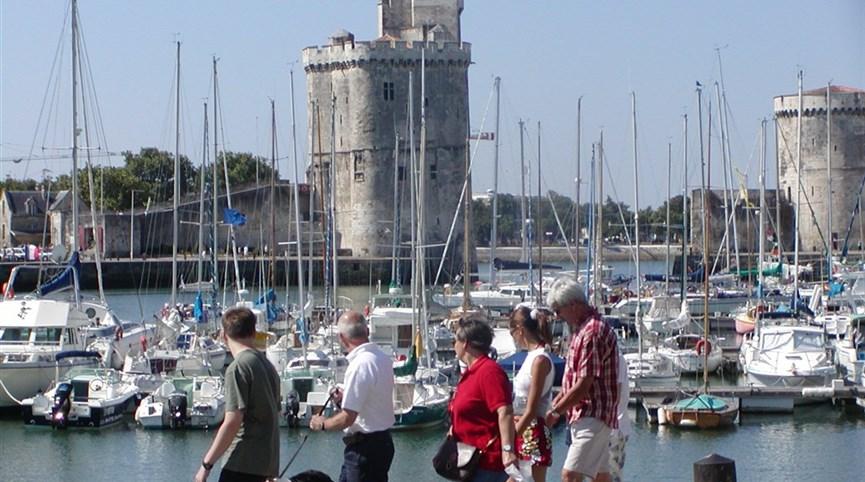 Bordeaux a Akvitánie, památky, víno a vlny Atlantiku letecky 2021  Francie, Atlantik, La Rochelle