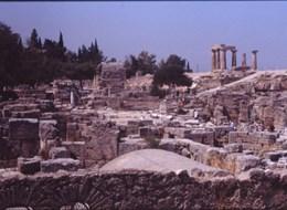 Řecko, za starověkými památkami letecky 2020 Řecko a ostrovy Řecko - Korinth - zbytky starověkého města se zříceninami hradu Akrokorinth a Apollónova chrámu z 5.stol.př.n.l.