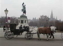 Vídeň po stopách Habsburků a výstavy umění 2020 Vídeň Rakousko - Vídeň - drožky před sochou arcivévody Karla Těšínského (1860), A.D.Fernkorn