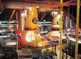 Velká Británie - Anglie, Skotsko, Wales letecky 2020 Skotsko (UK) Velká Británie - Skotsko - destilační kolony v palírně whisky