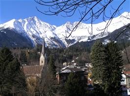 Innsbruck a adventní trhy Tyrolska 2020  Rakousko - Tyrolsko - Innsbruck, hlavní město Tyrolsjka, leží na řece Inn a nad ním se zdvíhají zasněžené štíty Alp