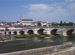 Zámky a zahrady na Loiře a Paříž 2020 Zámky na Loiře Francie -  Loira - Blois, městečko s renesančním zámkem v centru, vpředu most z 18.století (Foto: Janata)
