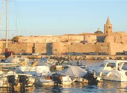 Sardinie, rajský ostrov nurágů v tyrkysovém moři chata 2020 Sardinie Itálie - Sardinie - Alghero, město má dodnes katalánskou menšinu kdy patřilo Aragonskému království