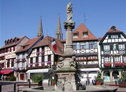 Francie, Alsasko, náměstí s hrázděnými domy