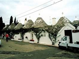 Kalábrie a Apulie, toulky jižní Itálií s koupáním 2020  Itálie - Apulie - Alberobello, ulička plná kamenných domků trulli