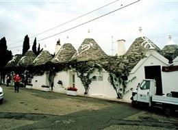 Kalábrie a Apulie, toulky jižní Itálií s koupáním 2020 Itálie Itálie - Apulie - Alberobello, ulička plná kamenných domků trulli