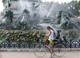 Francie - Atlantik - Bordeaux, fontána na náměstí náměstí Esplanade de Quinconcens - jedno z největších náměstí Evropy