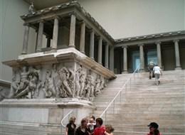 Německo - Berlín - Pergamonské muzeum ukrývá unikátní poklady nejstarších kultur, Pergamonský oltář, 2.stol. př.n.l.
