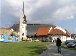 Babí léto s termálními lázněmi v Egeru 2020  Maďarsko - Eger - moderní kostel Makowacze vzniklý rekonstrukcí starého, rozbombardovaného ve 2.světové válce