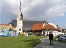 Babí léto s termálními lázněmi v Egeru 2021 Budapešť a okolí Maďarsko - Eger - moderní kostel Makowacze vzniklý rekonstrukcí starého, rozbombardovaného ve 2.světové válce