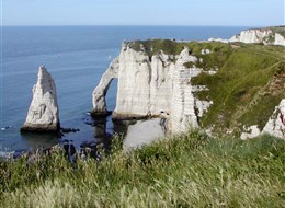 Francie - Normandie - Étretat, bělostné útesy nad modrým mořem