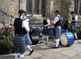 Skotsko letecky, Orkneje 2020 Skotsko (UK) Velká Británie, Skotsko, dudáci