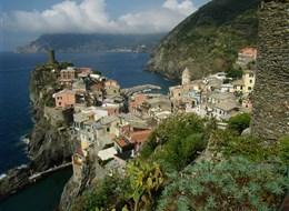 Itálie, Ligurie, Cinque Terre - Vernazza, jedna z 5 vesniček oblasti, hrad z 15.stol. postavený na obranu proti pirátům
