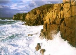 Jižní Anglie, Cornwall, po stopách krále Artuše 2020  Velká Británie - Anglie - na skalnaté pobřeží Cornwallu buší moře